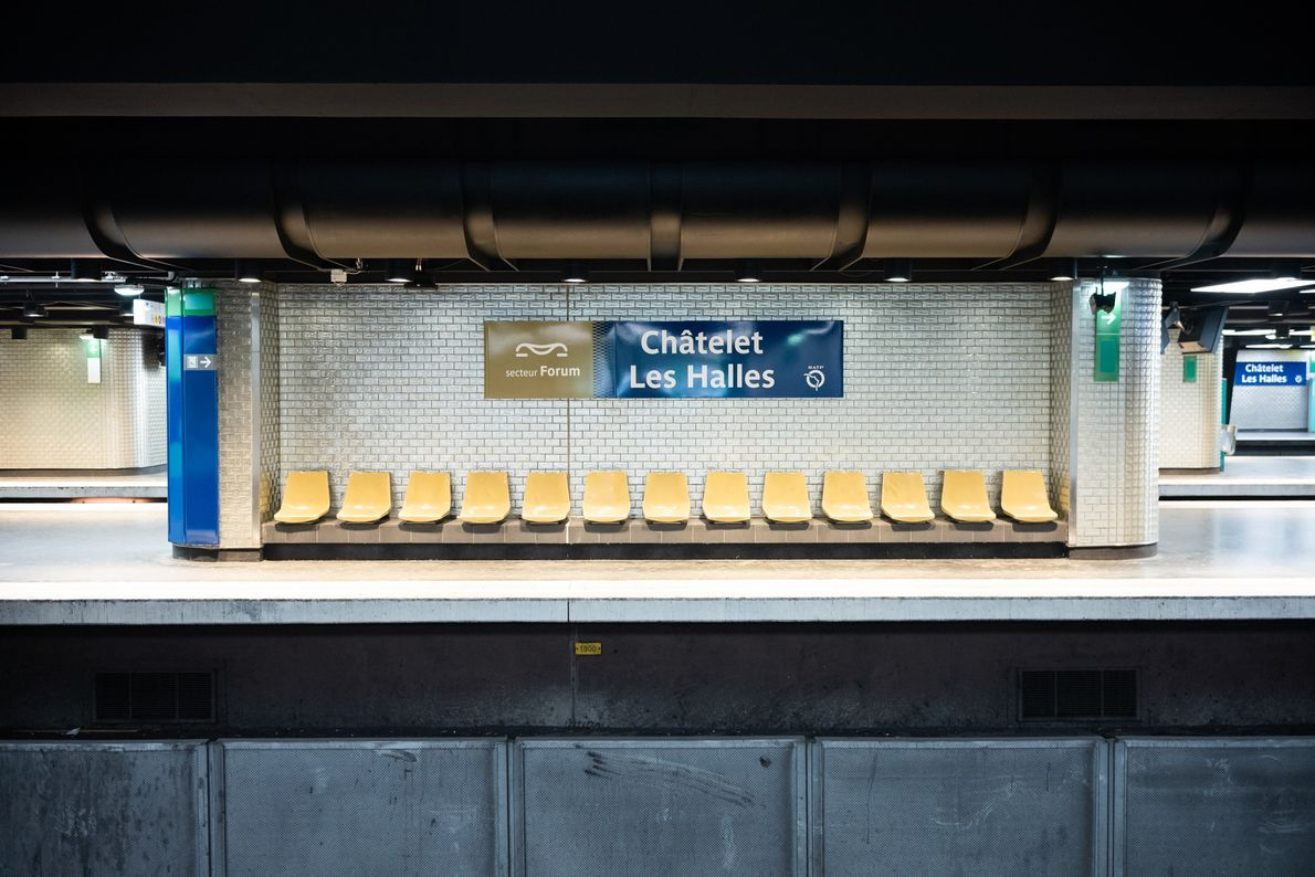 A estação de metrô Châtelet-Les Halles, que fica no coração de Paris, é a maior estação ...