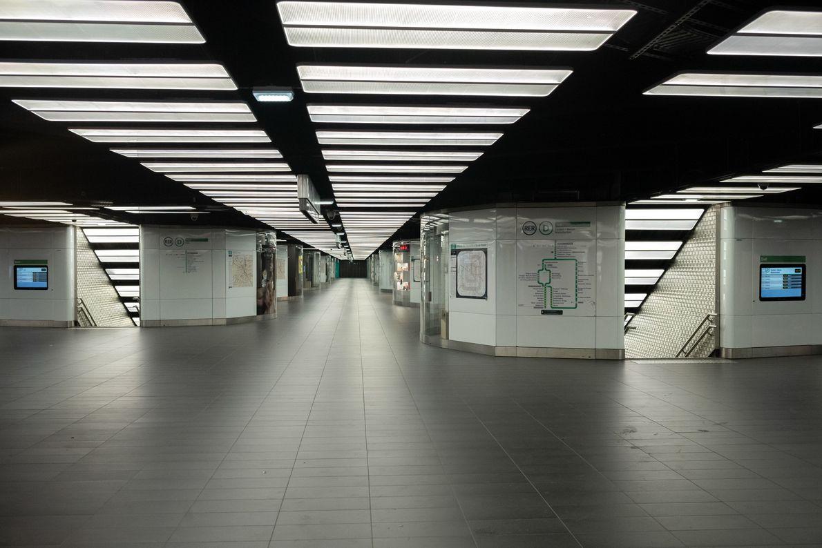Em 26 de março, Paris fechou cerca de 50 estações de metrô e interrompeu drasticamente os ...