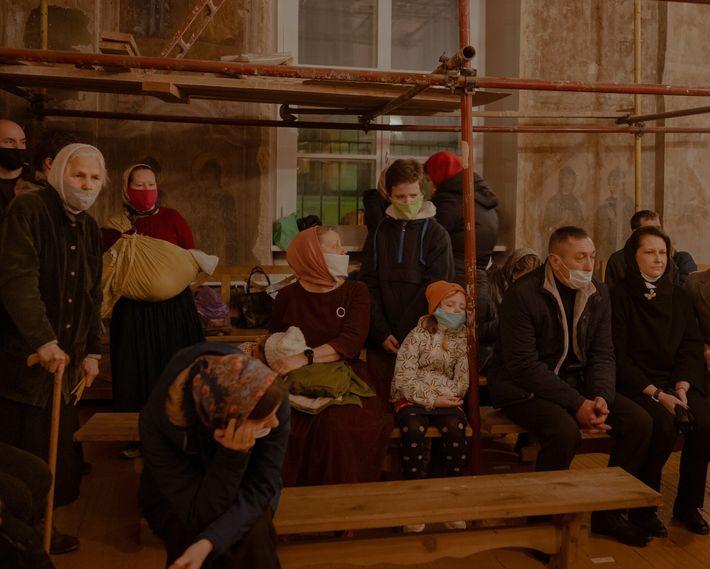No interior de uma das igrejas de Tver, na Rússia, uma cidade secular às margens do ...