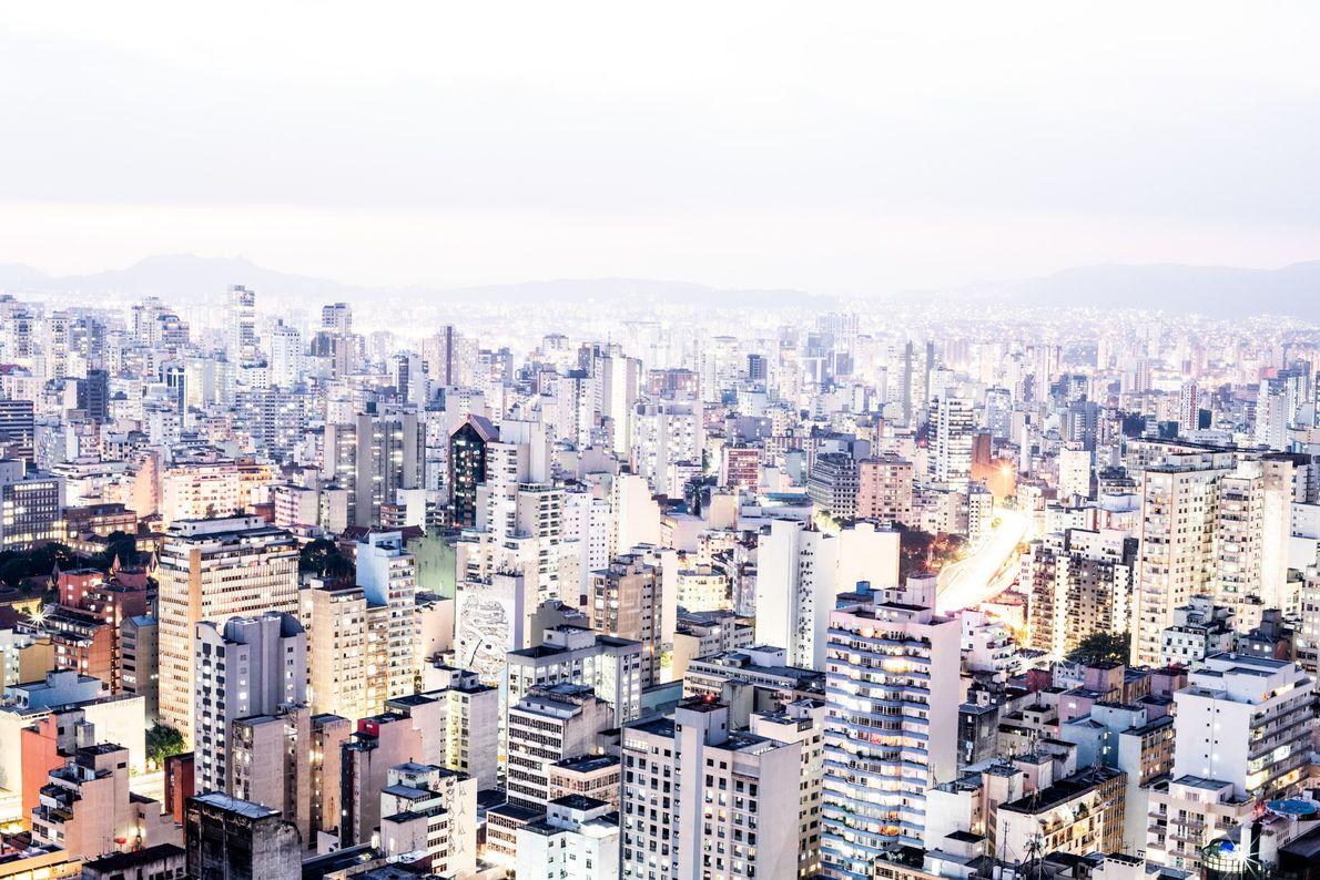Uma fotografia com longa exposição tirada do topo do Copan revela o horizonte de São Paulo ...