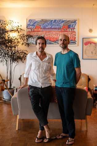 Quando a pandemia começou, Andres Sandoval (à esquerda), ilustrador, mudou seu estúdio para o apartamento que ...