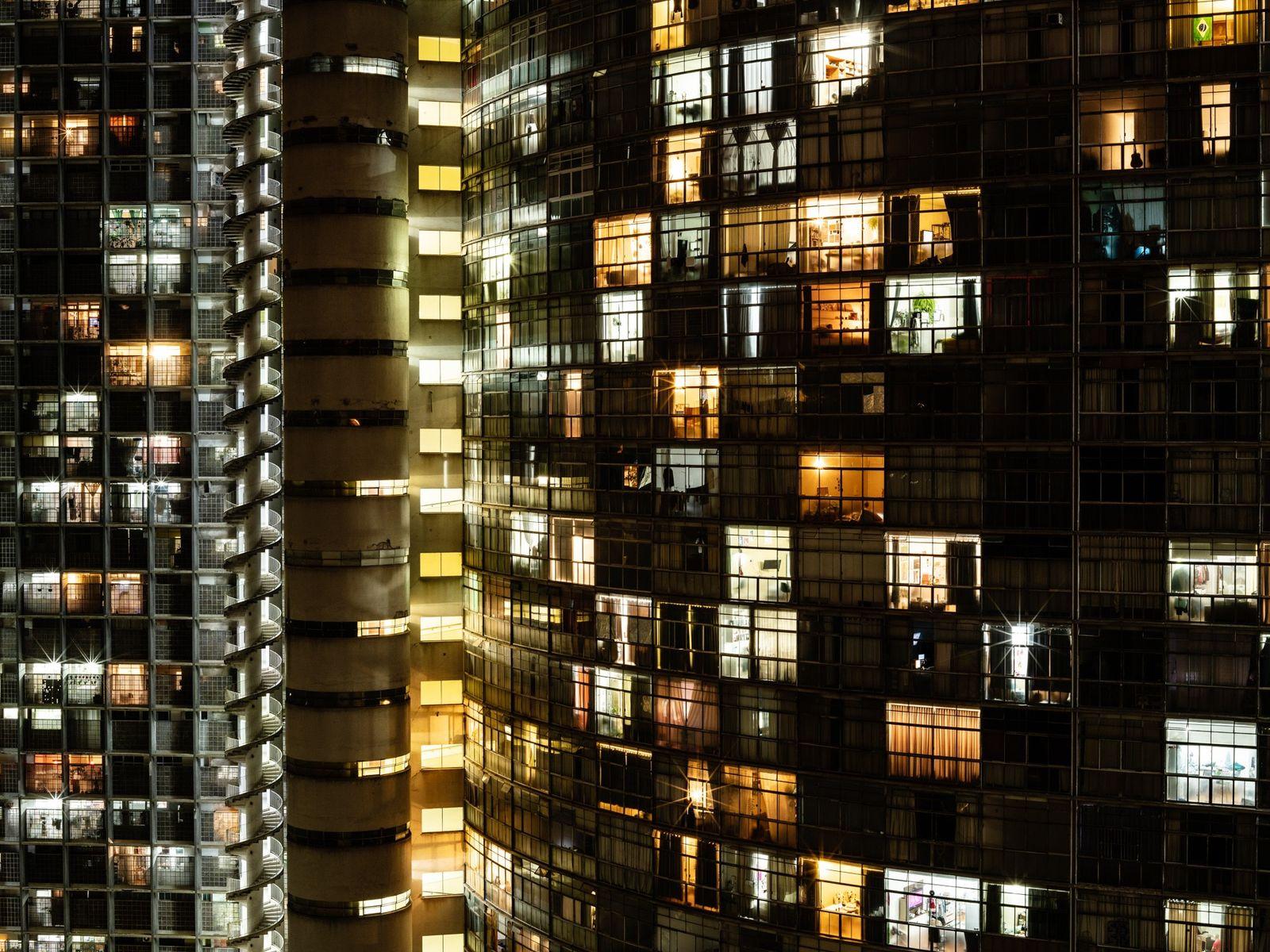 O edifício Copan brilha no centro de São Paulo enquanto a cidade ao seu redor luta ...