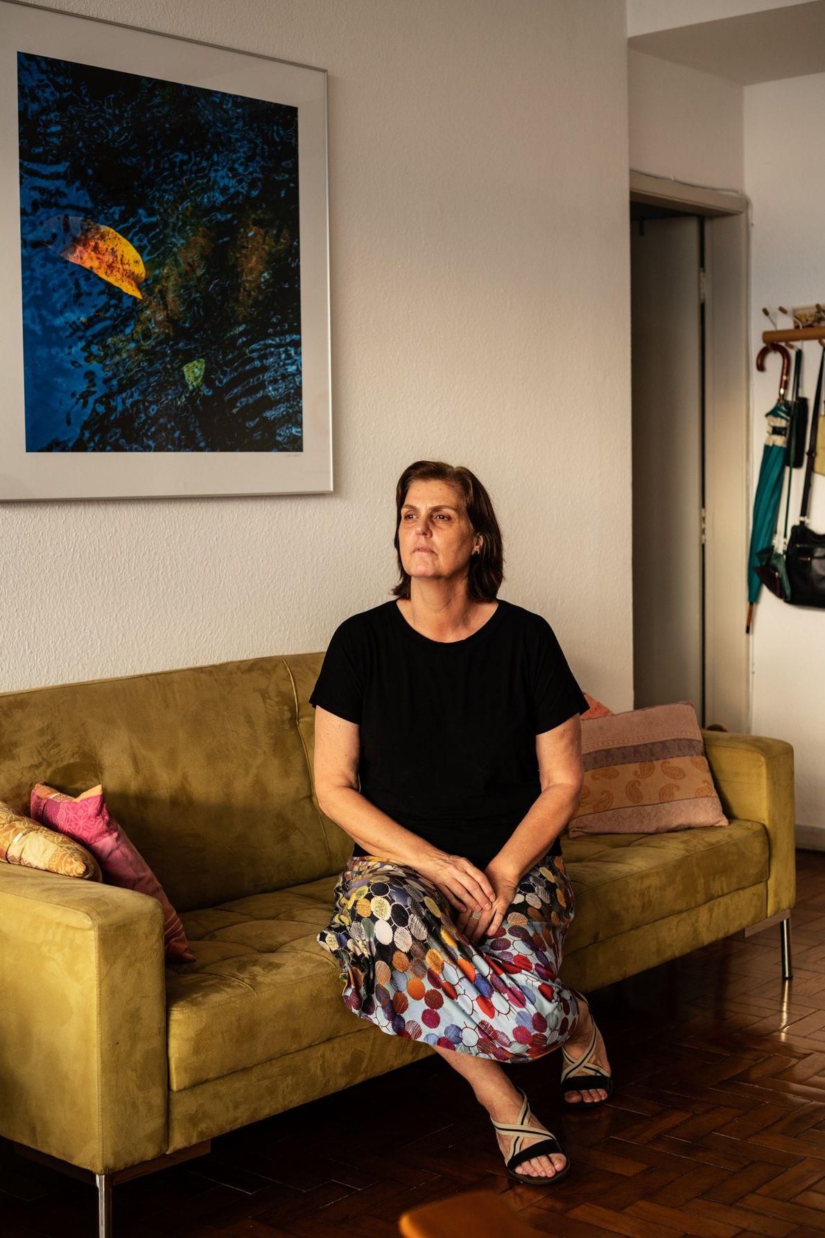 Virgina Albertini olha pela janela de seu apartamento. A restauradora de fotografias, que mora no prédio ...