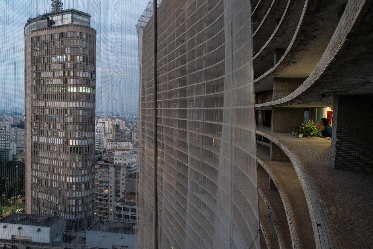 O entardecer no centro de São Paulo, visto da beira do edifício Copan. A cidade de ...