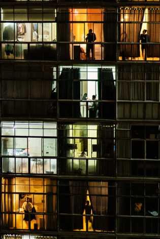 Moradores do Copan batem panelas em suas janelas todas as noites em protesto contra a gestão ...