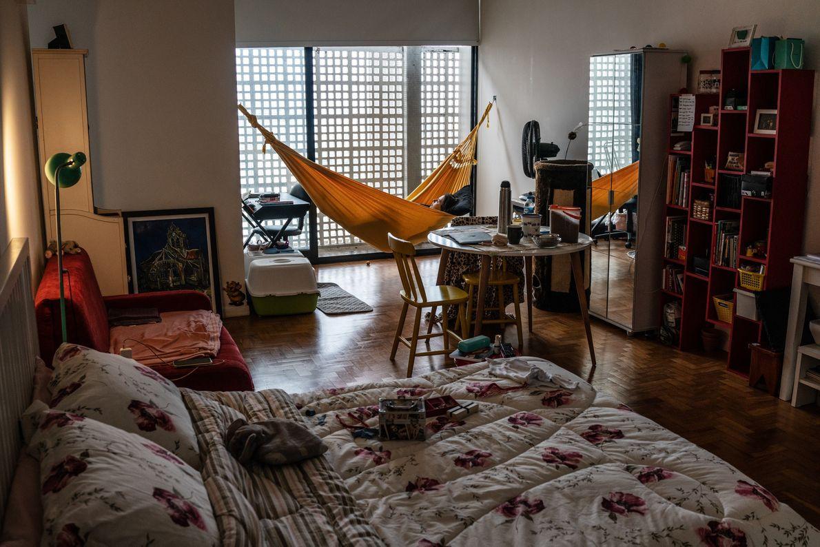 A professora de artes Bruna Moraes, 27 anos, descansa em uma rede em seu apartamento. João ...