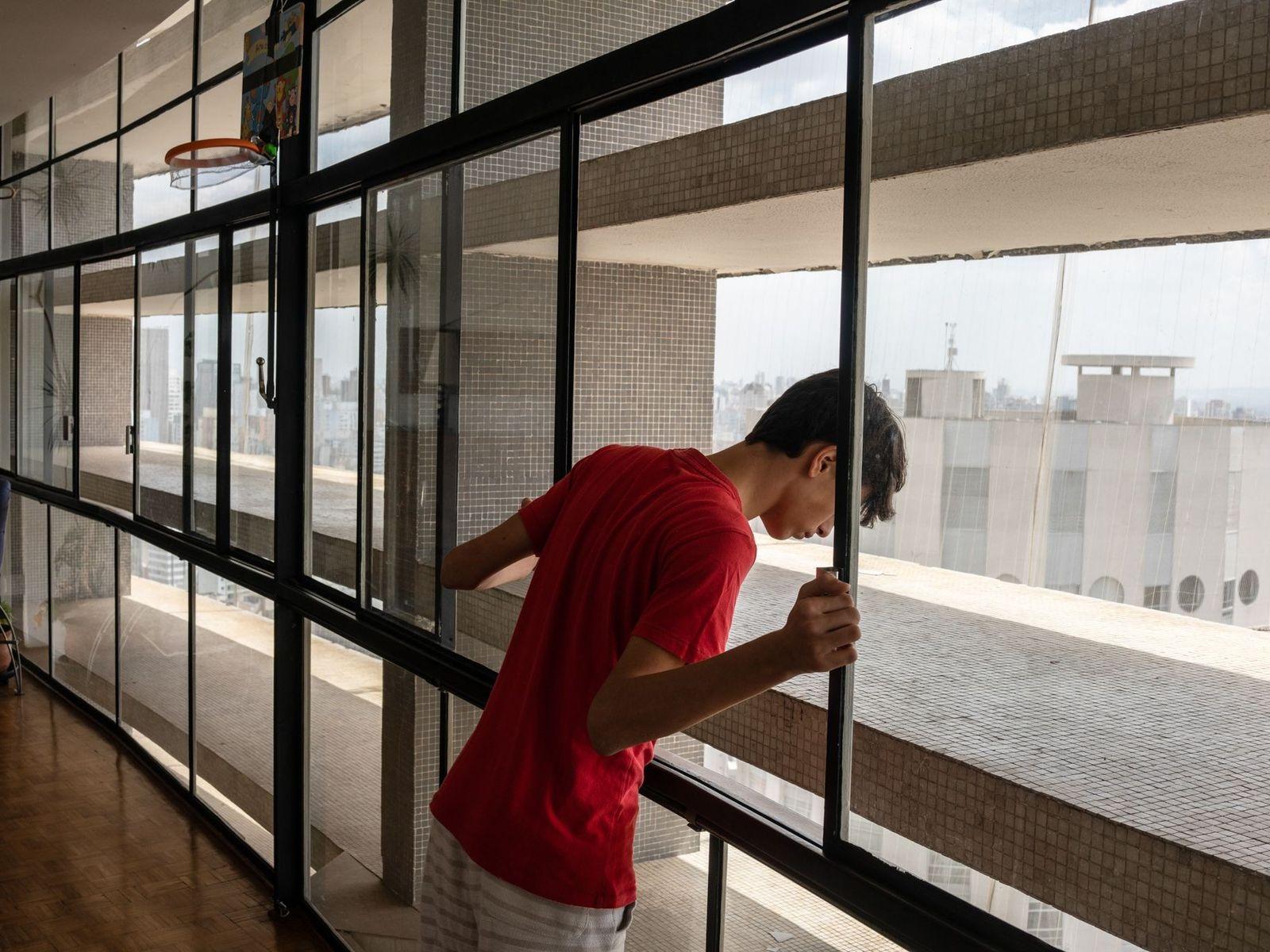 David Sabino, 14 anos, espia do amplo apartamento de sua família no 31º andar do Copan. ...