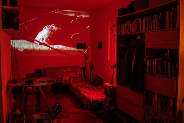 Ilê Sartuzi transformou seu apartamento em um cinema improvisado. Forçados a ficar em casa, os moradores ...
