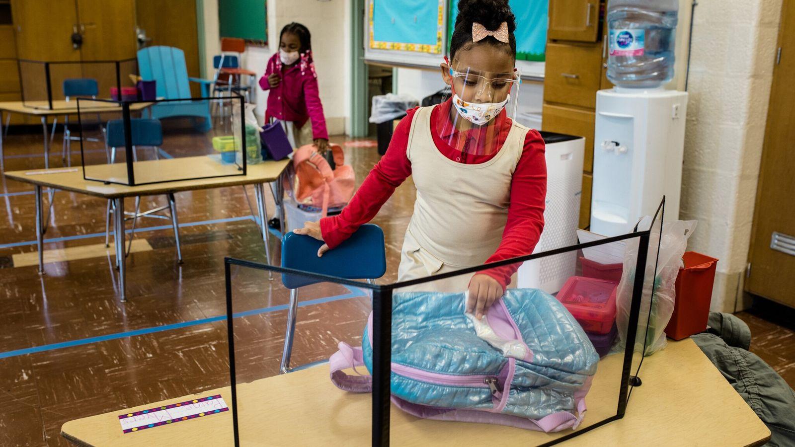 Alunos ocupam seus lugares no primeiro dia de aulas presenciais de educação infantil na Escola de ...