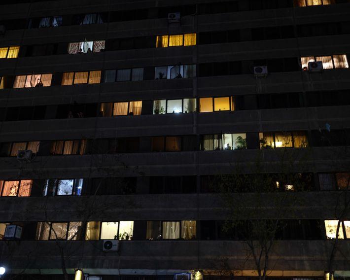 """No complexo de apartamentos """"Ekbatan"""", no oeste de Teerã, os moradores chegam às suas janelas às ..."""