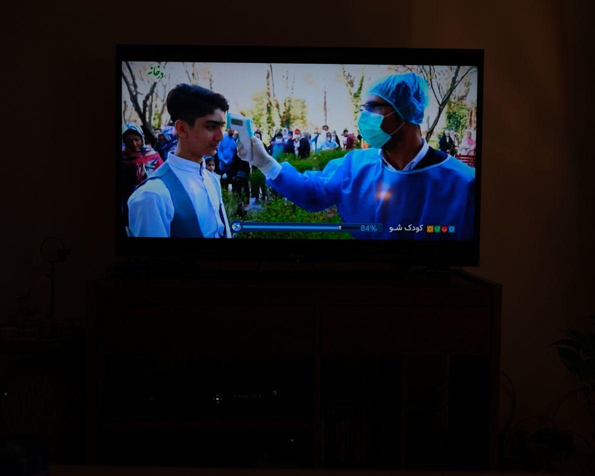 Uma captura de tela de um programa de televisão mostra a luta contra o coronavírus. A ...