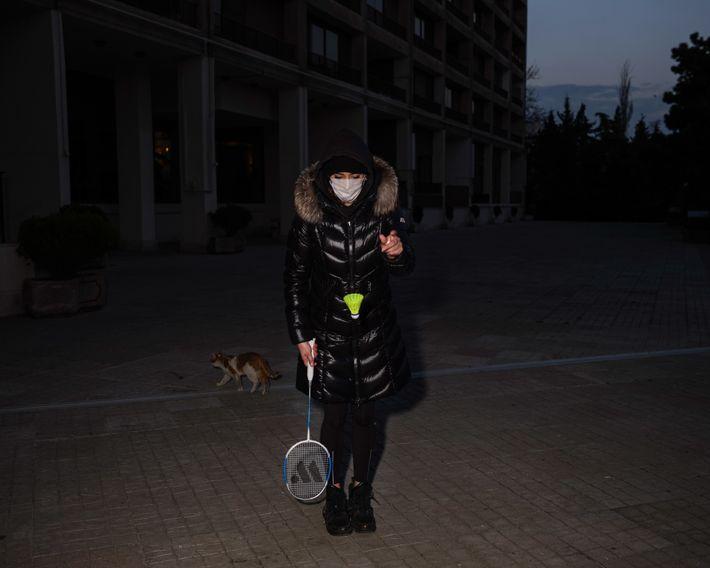 Cansada de ficar dentro de casa, a irmã da autora veste uma máscara facial para jogar ...