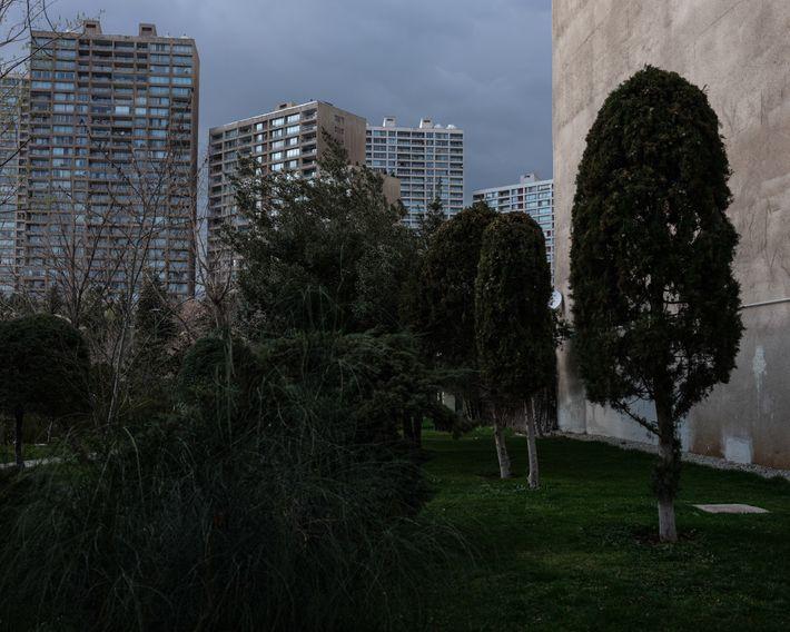 Um caminho atrás do prédio de apartamentos da autora em Teerã. Embora o vírus tenha esvaziado ...