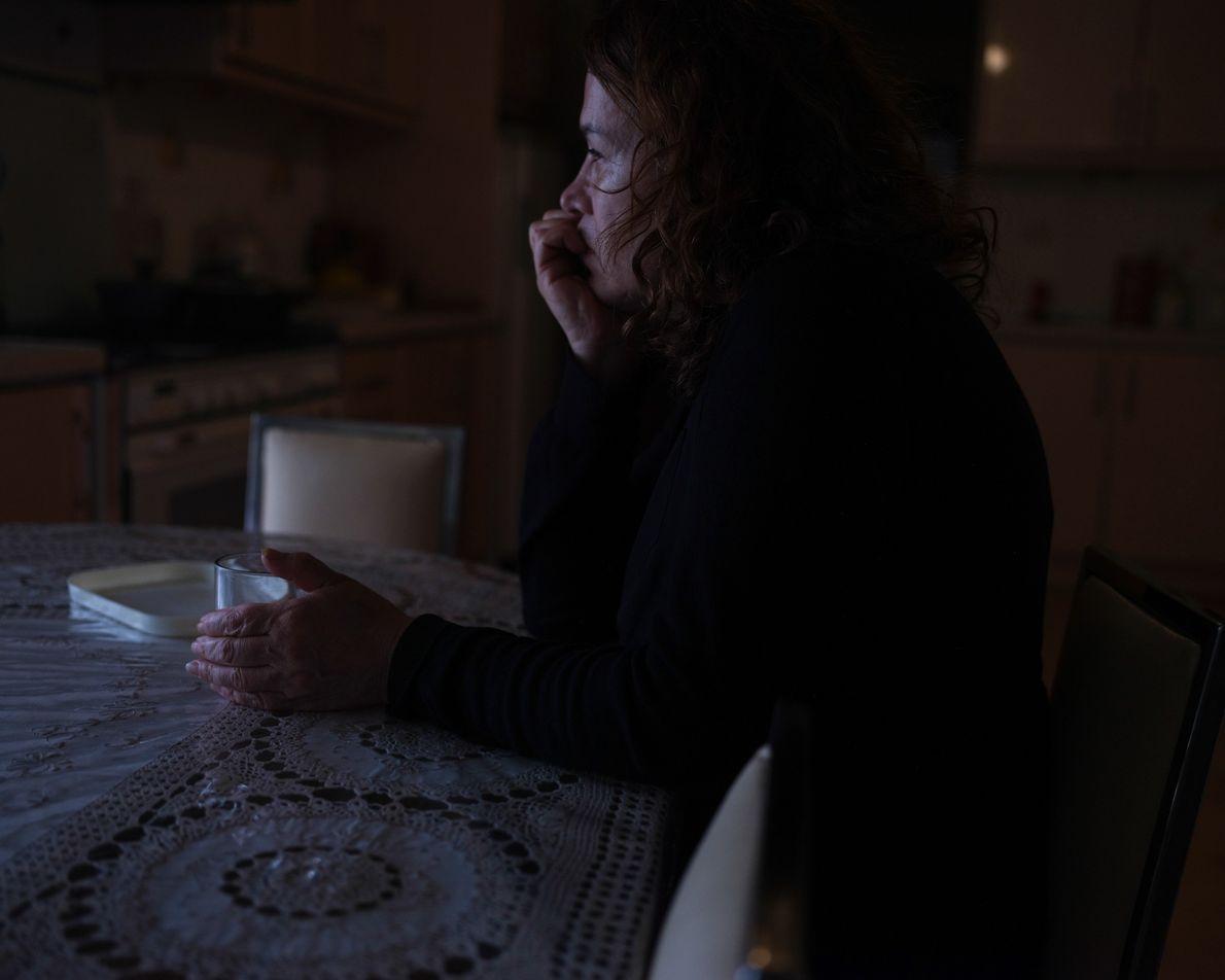 A mãe da autora, Jila, passa boa parte do tempo na mesa da cozinha olhando para ...
