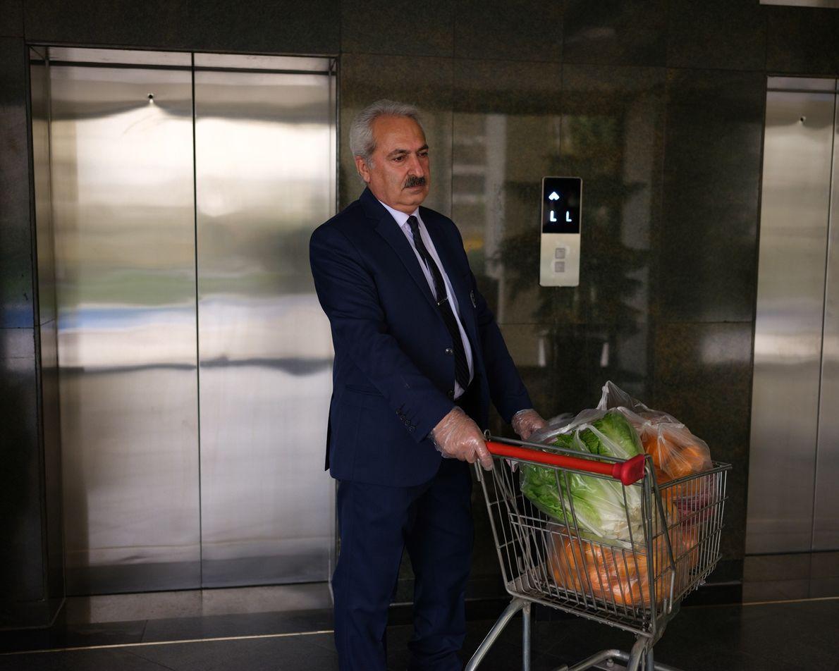 Entregadores de supermercado não são mais permitidos no prédio. Em vez disso, o porteiro leva as ...