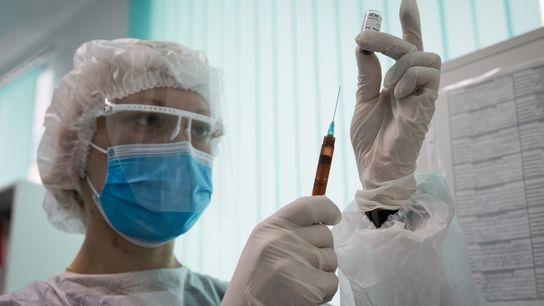 Enfermeira prepara a vacina Gam-COVID-Vac (Sputnik V) contra covid-19 no 7o Ambulatório Municipal em Simferopol, Crimeia, ...