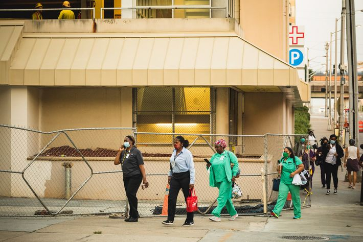 Profissionais de saúde chegam para o turno no hospital Grady Memorial, em Atlanta, Geórgia.