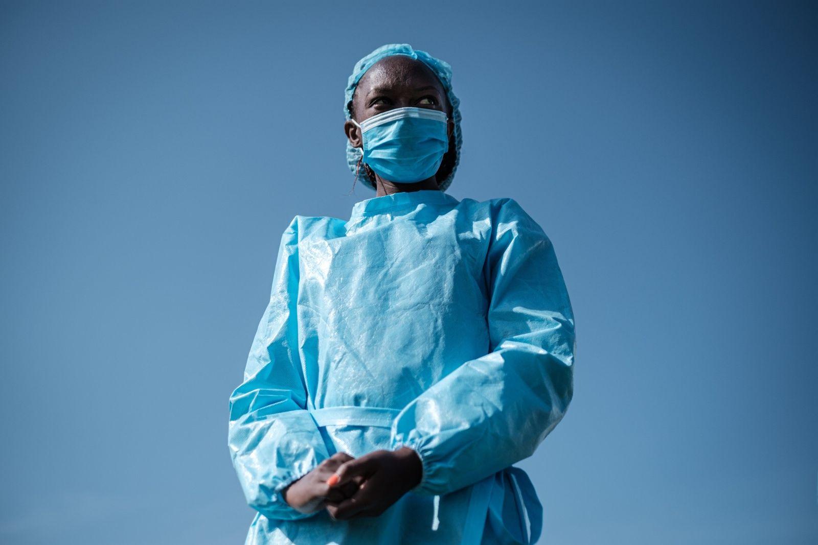 Elizabeth Wanjiru, enfermeira da Cruz Vermelha, é apresentada em uma celebração dedicada aos profissionais de enfermagem ...