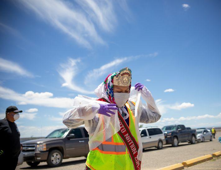Shaandiin Parrish, a atual Miss Nação Navajo, se prepara para distribuir comida, água e outros suprimentos ...