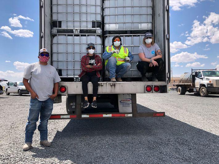 Emma Robbins, diretora do Navajo Water Project, trabalha na expansão do acesso à água encanada na ...