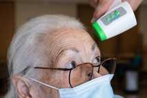 Jenny Nelle, residente de uma casa de repouso da AWO em Kassel, Alemanha, tem sua temperatura ...