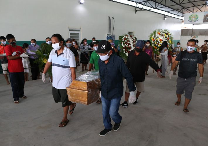 Enlutados, indígenas carregam o caixão do cacique Messias, do povo kokama, que morreu com 53 anos ...