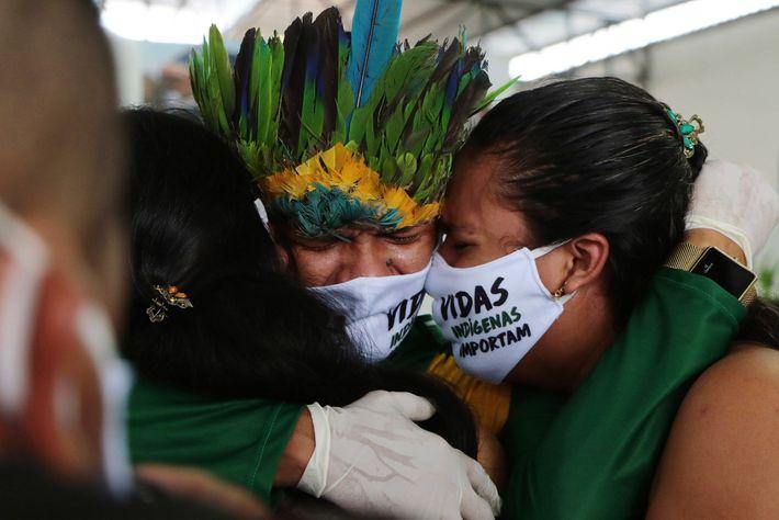 Em um funeral no Parque das Nações Indígenas, periferia de Manaus, parentes lamentam a morte de um ...