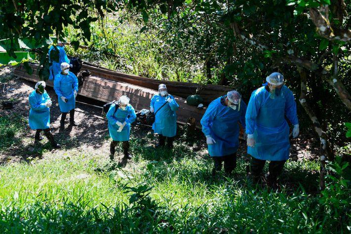 Uma equipe médica das Forças Armadas chega à aldeia indígena Cruzeirinho, no rio Javari, perto da ...
