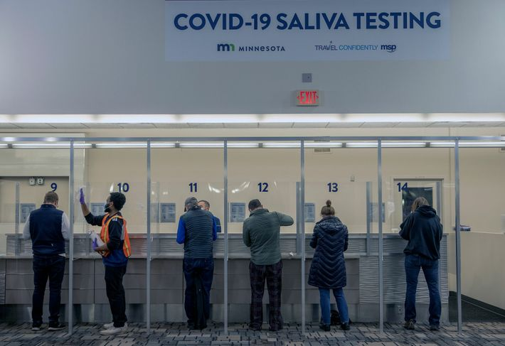 Viajantes são testados para covid-19 no Aeroporto Internacional St. Paul em Mineápolis, em 12 de novembro ...