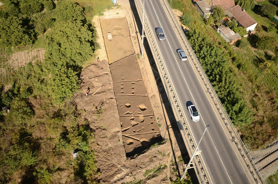 Vista aérea do local de sepultamento em Hermanov Vinograd, perto de Osijek, leste da Croácia.