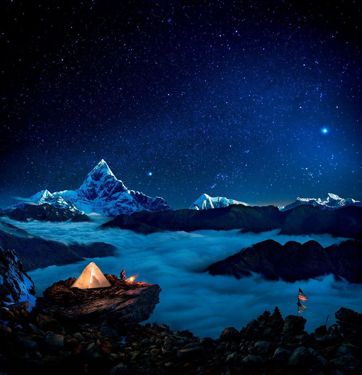 As estrelas brilham sobre campistas em Kaski, no Nepal.