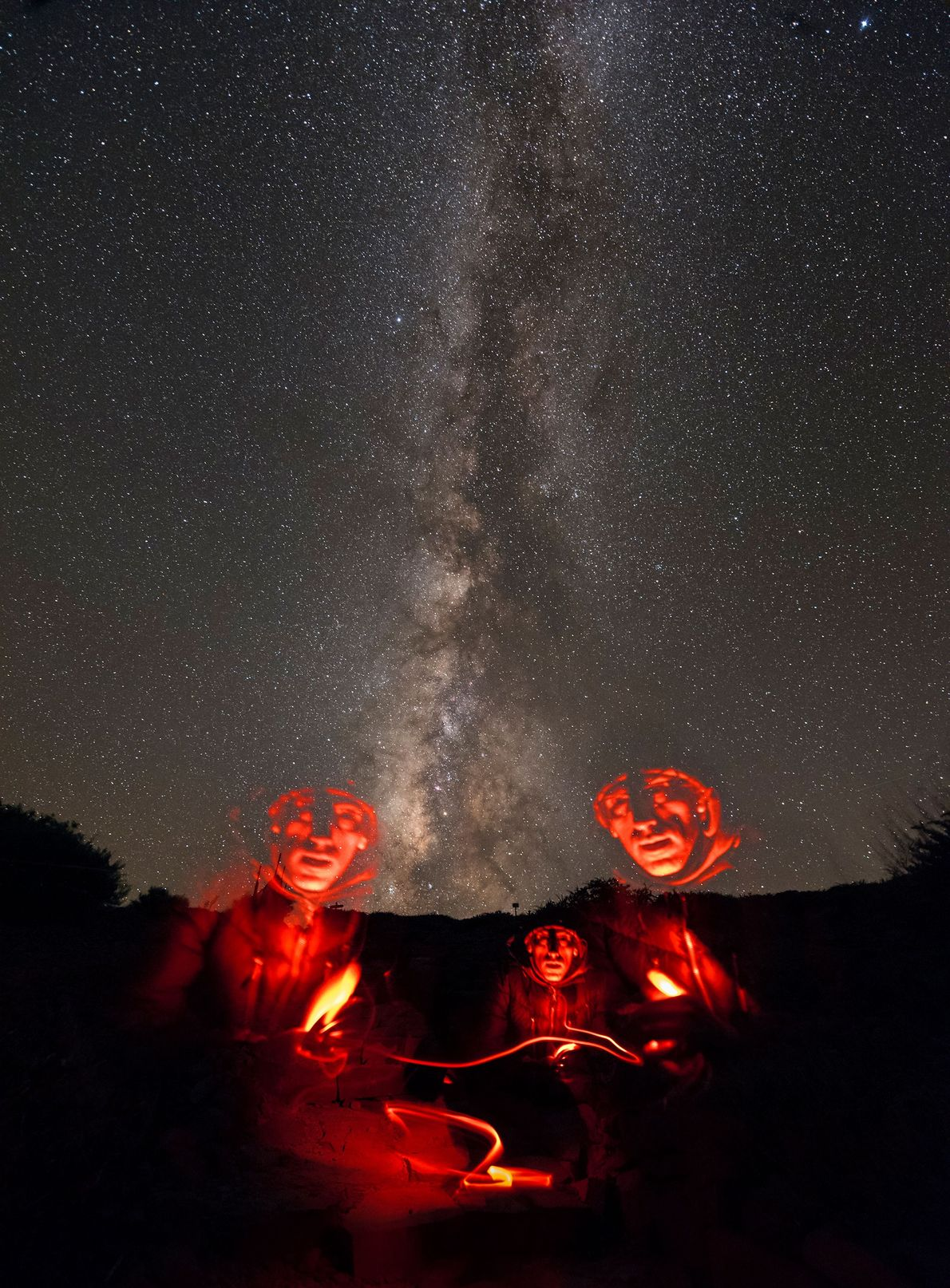 Um fotógrafo tira um autorretrato debaixo da Via Láctea usando uma captura de longa exposição para ...
