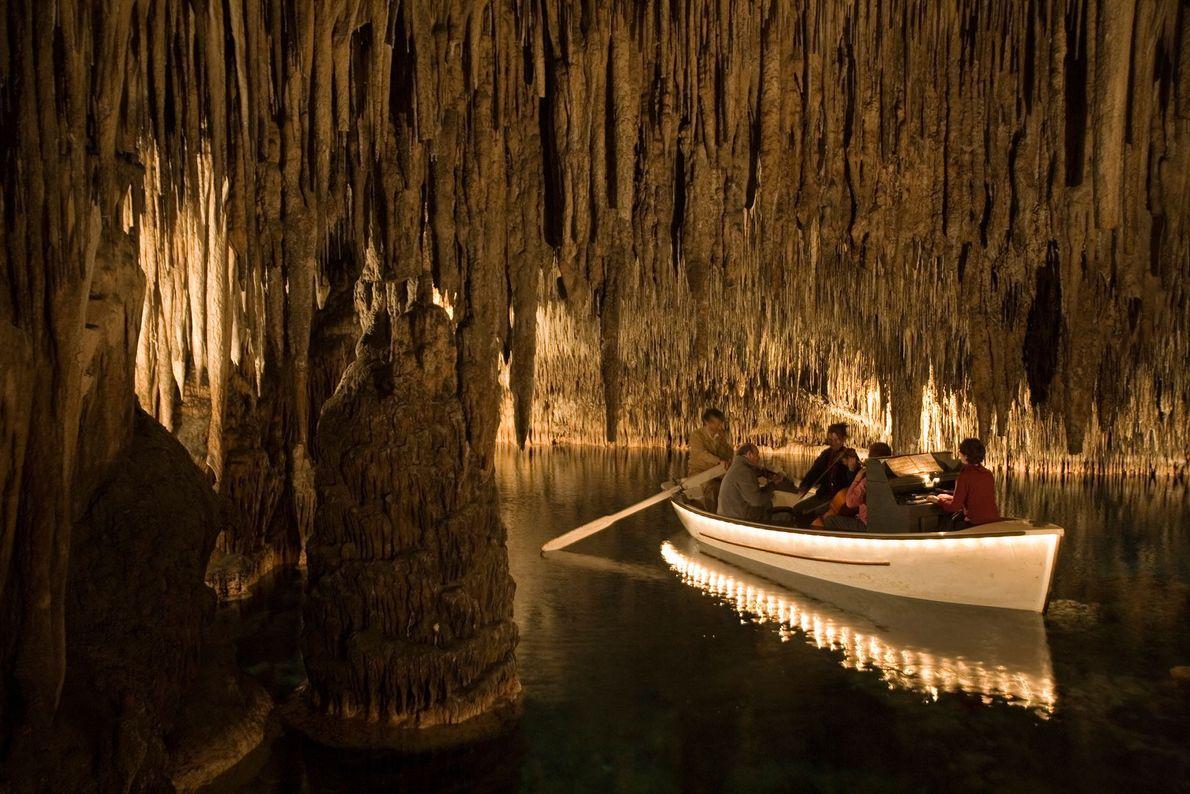 Músicos tocam canções enquanto sua canoa passa pelas Cavernas do Dragão, na ilha de Maiorca, na ...