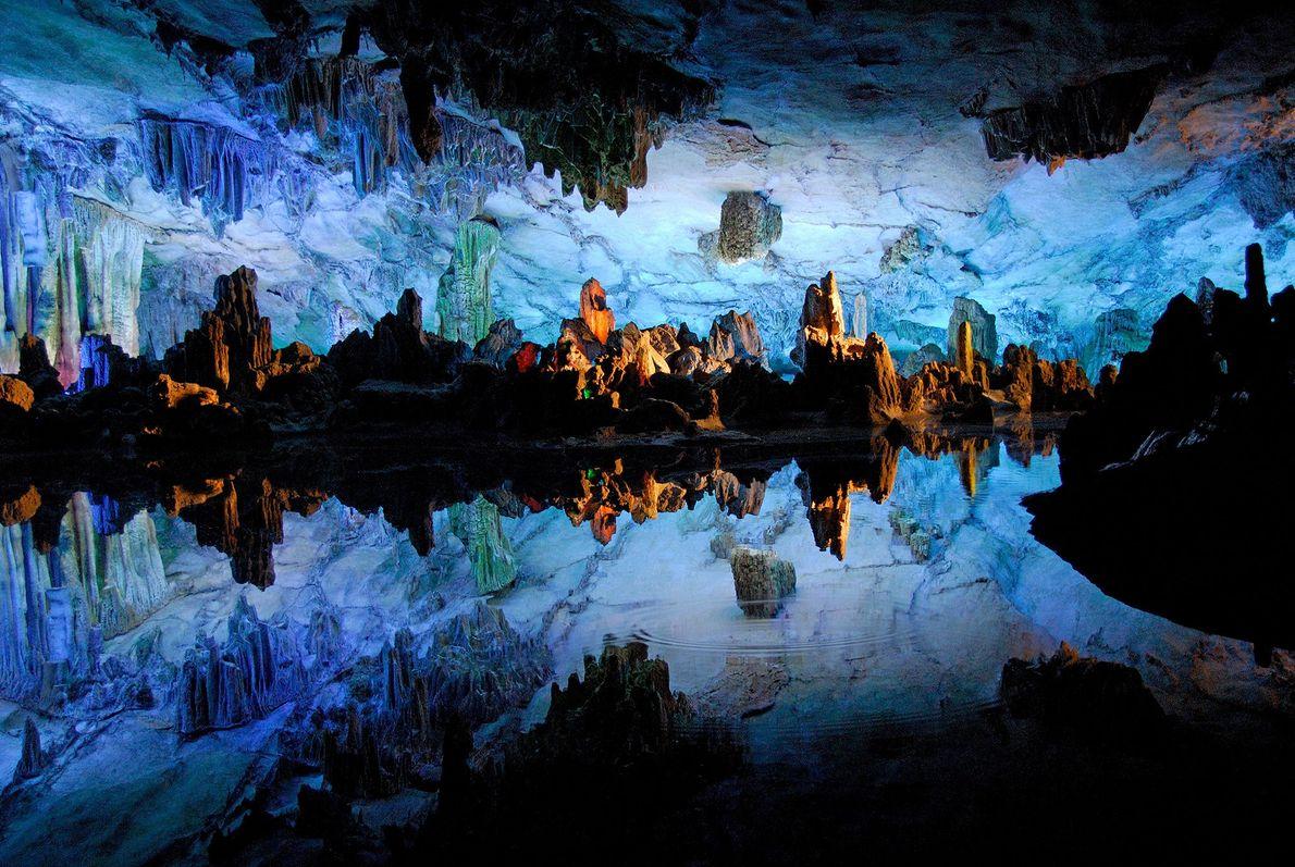 Águas brilham dentro da caverna Reed Flute, em Guilin, na China, e refletem as formação estranhas ...