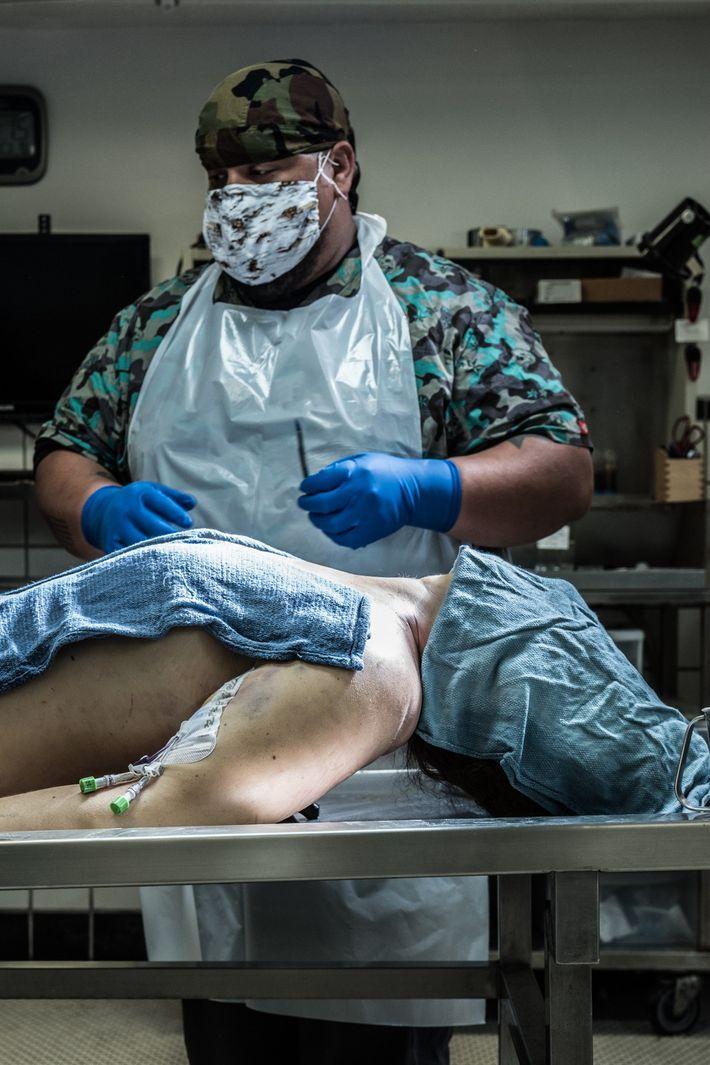 """Joseph """"G.I. Joe"""" Gonzalez, ex-fuzileiro naval dos Estados Unidos e técnico de autópsia na 1-800-AUTOPSY, no ..."""