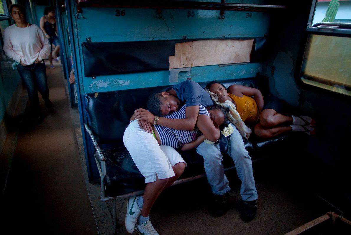 Passageiros encontram formas criativas de dormir no trem para Havana.