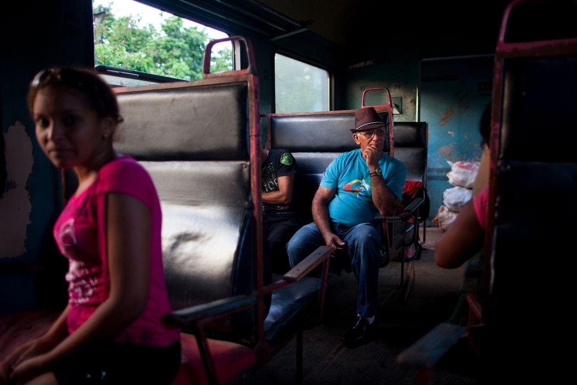 Passageiros relaxam na viagem para Havana.