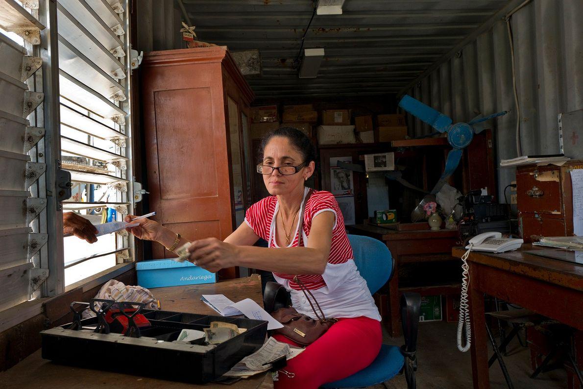 Uma atendente vende passagens na estação de San Antonio de los Baños.