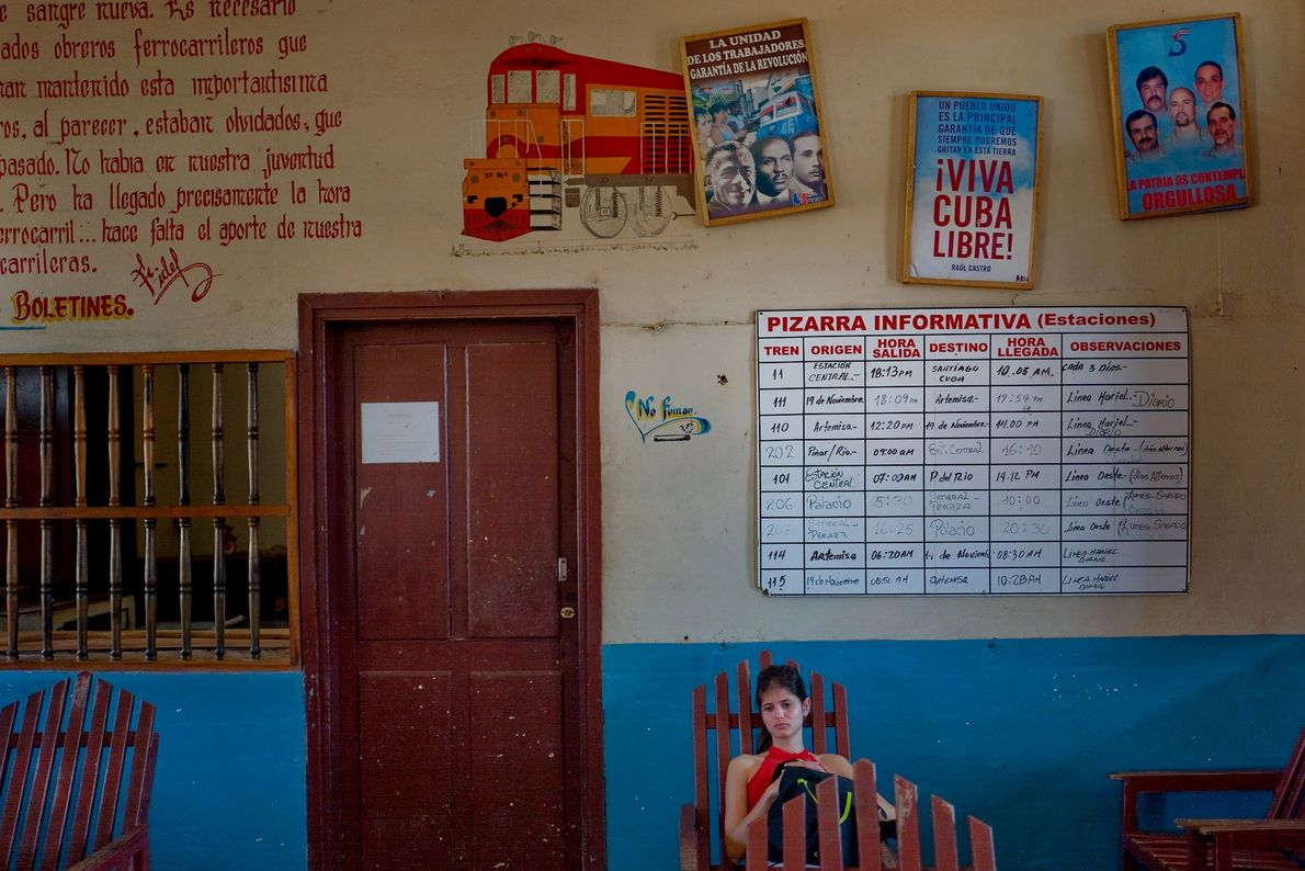 Uma mulher espera pelo trem para Havana na estação de Artemisa.