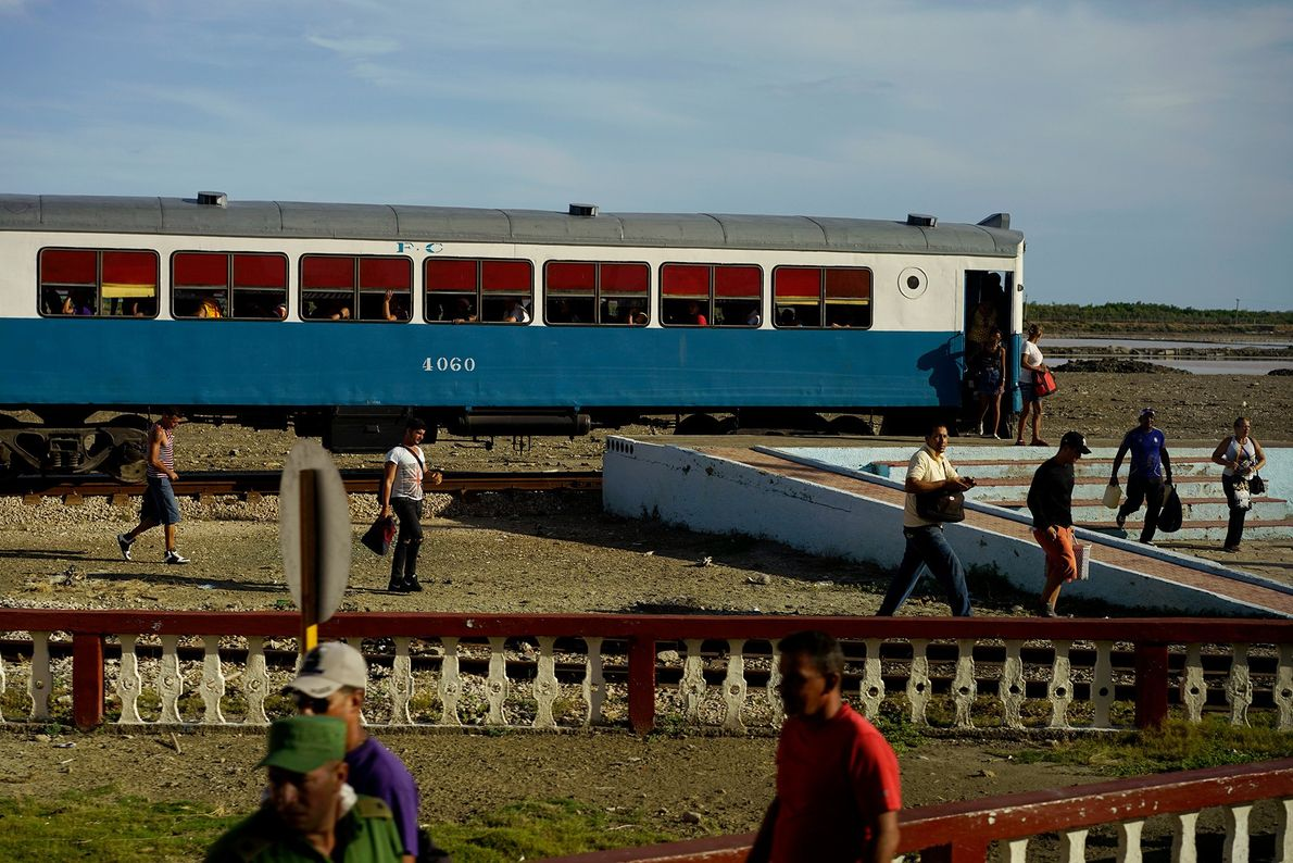 Passageiros desembarcam na estação de trem de Caimanera, uma pequena cidade na província de Guantánamo, ao ...