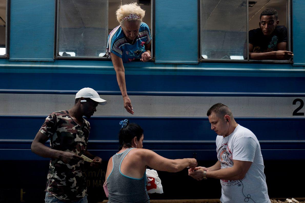 Comerciantes vendem comida e petiscos durante uma parada na estação de Rincon.