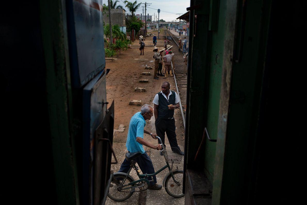 O trem de Havana para Santiago de Cuba faz sua parada em Ciego de Avila.