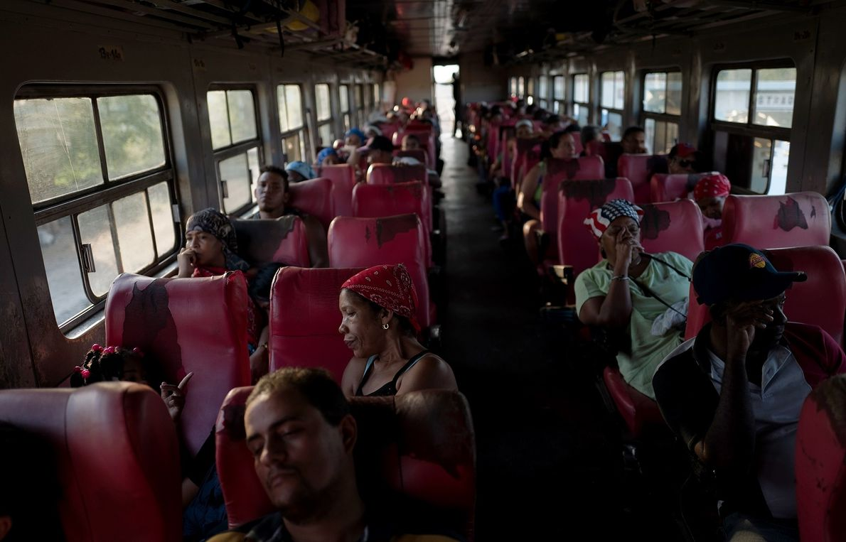 Vários passageiros descansam no percurso de Havana para Santiago de Cuba.
