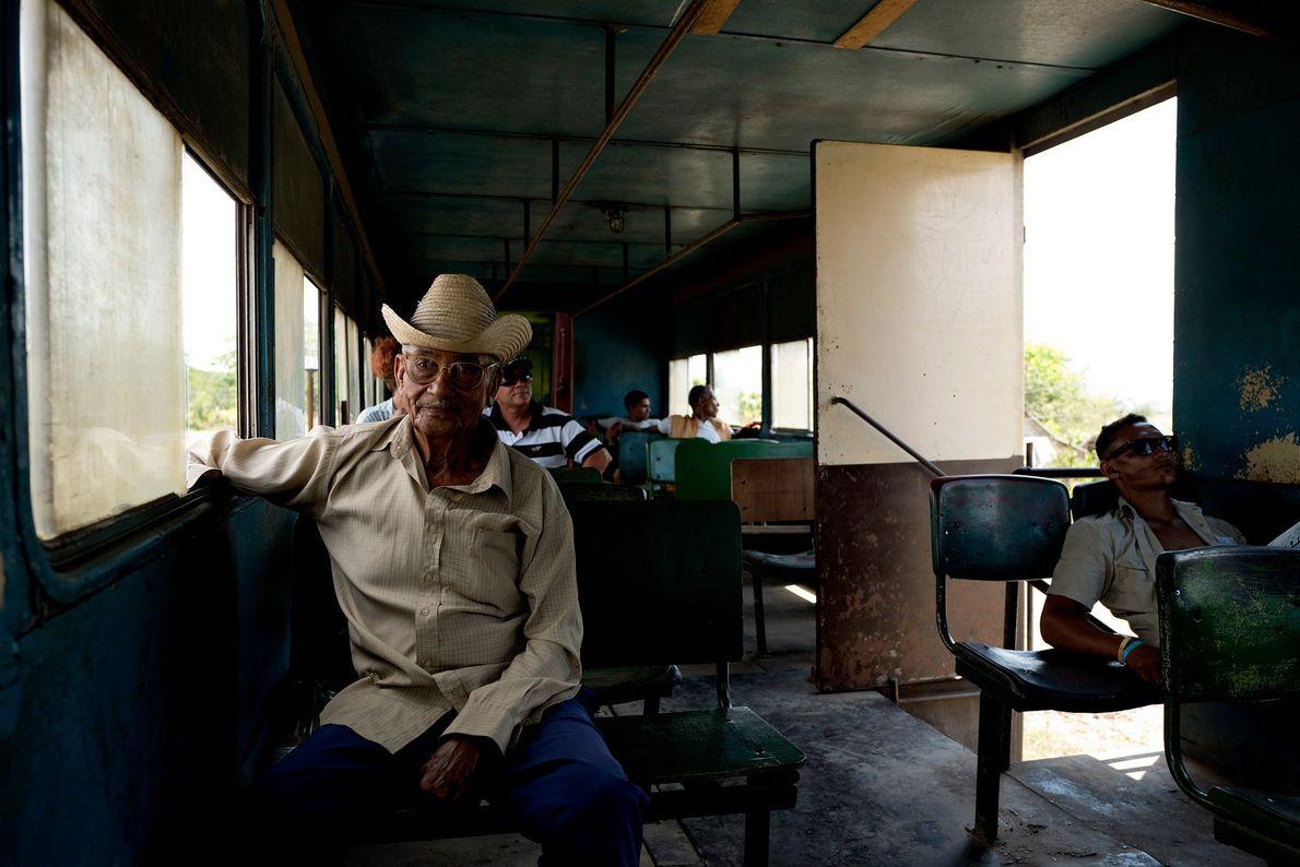 Passageiros no vagão do trem durante uma viagem de Santiago de Cuba para Bayamo.