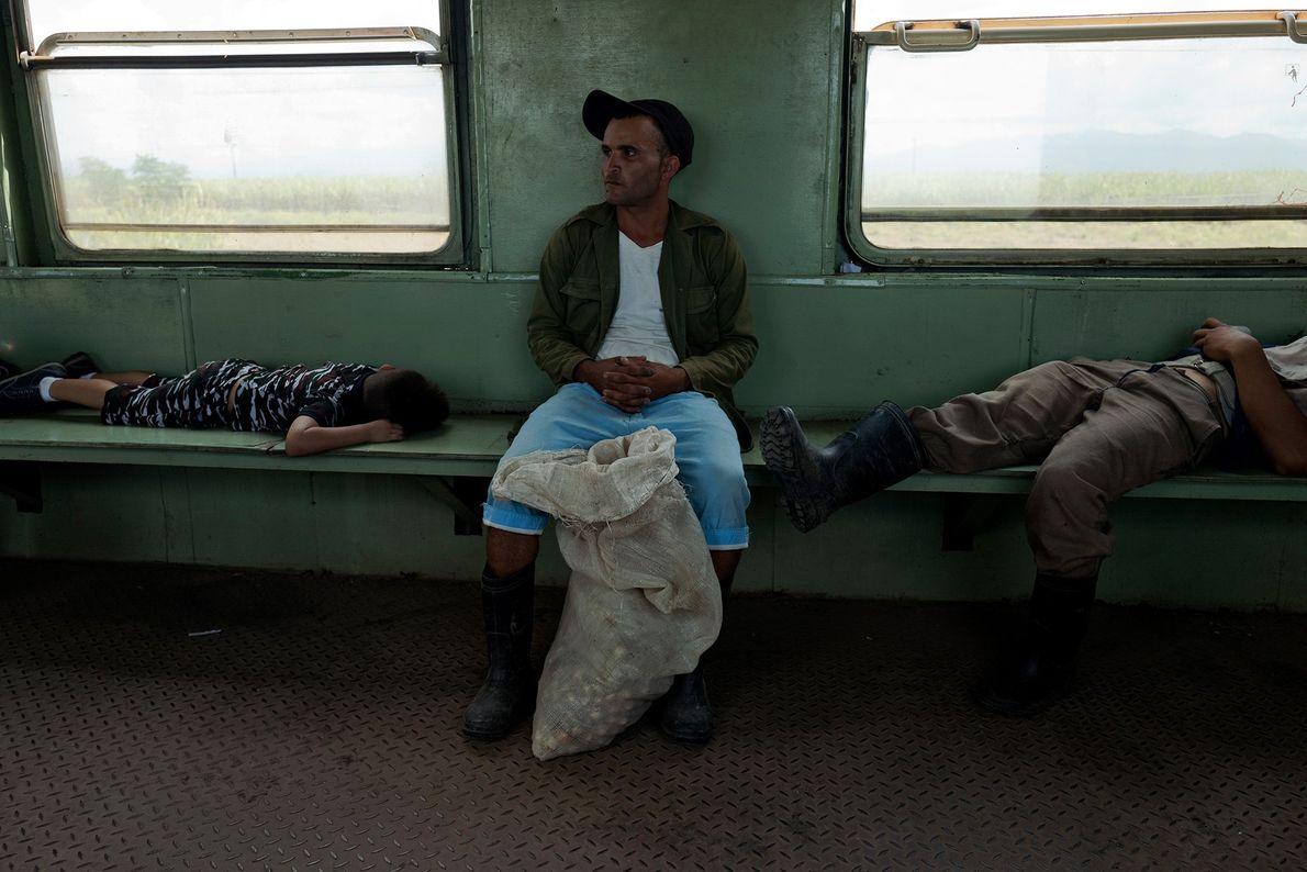 Passageiros dormindo durante uma viagem de Santiago de Cuba para Bayamo.