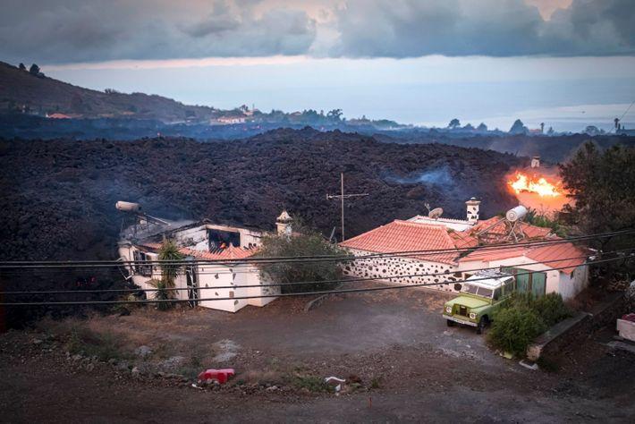 foto de casas aparentemente queimadas por lava de vulcão