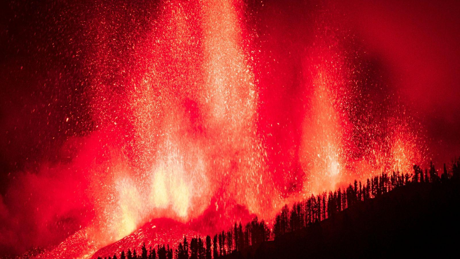 A lava jorra após a erupção do Cumbre Vieja em La Palma, nas Ilhas Canárias espanholas. ...