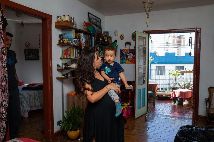 Grávida, a produtora cultural colombiana Daniela Solano e o filho são observados pelo marido Gonzalo Velazquez, ...