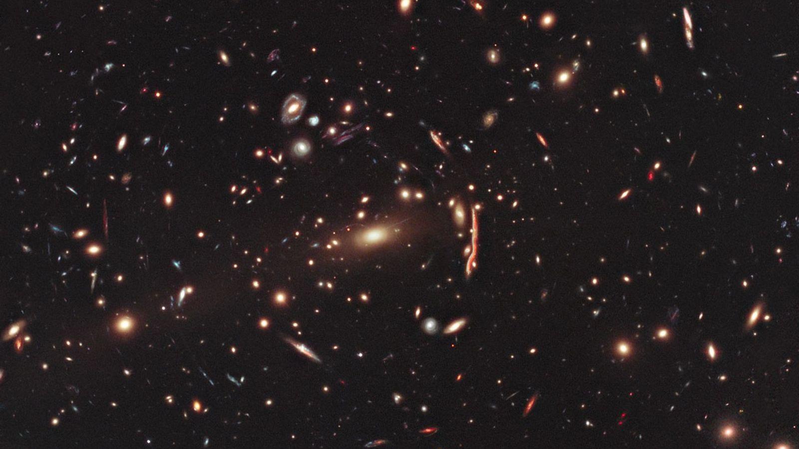 Esta imagem do telescópio espacial Hubble da NASA/ESA mostra o aglomerado de galáxias MACS J1206. Aglomerados ...