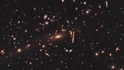 Teoria cósmica abalada: matéria escura distorce aglomerados de galáxias mais que o imaginado